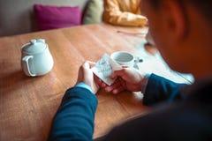 Τα αρσενικά χέρια προσώπων κρατούν τη σημείωση αγάπης Στοκ Φωτογραφία