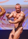 Τα αρσενικά bodybuilders λυγίζουν τους μυς τους και παρουσιάζουν καλύτερο physiqu τους Στοκ φωτογραφία με δικαίωμα ελεύθερης χρήσης