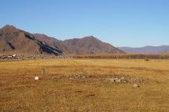 Τα αρχαία αναχώματα ενταφιασμών στην κοιλάδα uch-Enmek Karakol σταθμεύουν στη Δημοκρατία Altai, Ρωσία Εδώ μπορείτε να δείτε τα ίχ στοκ εικόνα
