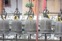 Τα αρχαία κουδούνια κρεμούν στα κιγκλιδώματα σιδήρου Στοκ φωτογραφία με δικαίωμα ελεύθερης χρήσης