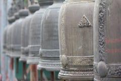 Τα αρχαία κουδούνια κρεμούν στα κιγκλιδώματα σιδήρου Στοκ Εικόνες