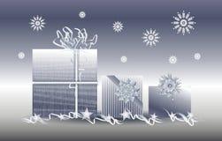 Τα ασημένια δώρα Χριστουγέννων παρουσιάζουν Snowflakes στοκ εικόνες με δικαίωμα ελεύθερης χρήσης