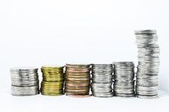 Τα ασημένια νομίσματα ευθυγραμμίζουν στην κατακόρυφο Στοκ φωτογραφίες με δικαίωμα ελεύθερης χρήσης