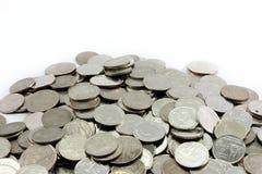 Τα ασημένια νομίσματα συσσωρεύουν διάφορα νομίσματα Στοκ Φωτογραφία