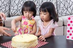 Τα ασιατικά κινέζικα λίγο τέμνον κέικ γενεθλίων αδελφών Στοκ φωτογραφίες με δικαίωμα ελεύθερης χρήσης