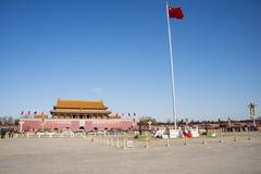 Τα ασιατικά κινέζικα, Πεκίνο, το Tian'anmen Rostrum, η εθνική σημαία Στοκ Φωτογραφίες