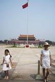Τα ασιατικά κινέζικα, Πεκίνο, το Tian'anmen Rostrum, ο πόλος εθνικών σημαιών Στοκ Φωτογραφίες