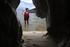 Τα ασιατικά κορίτσια κολυμπούν με αναπνευτήρα στην παραλία Στοκ Εικόνες