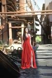 Τα ασιατικά κορίτσια παρουσιάζουν ομορφιά τους στα εγκαταλειμμένα εργοστάσια στοκ εικόνα