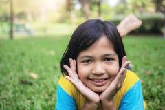 Τα ασιατικά κορίτσια χαμογελούν στο χορτοτάπητα στοκ εικόνες