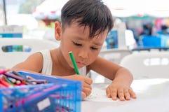 Τα ασιατικά παιδιά χρωματίζουν τις εικόνες Στοκ φωτογραφία με δικαίωμα ελεύθερης χρήσης