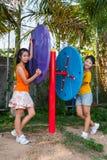 Τα ασιατικά ταϊλανδικά κορίτσια με τη μηχανή άσκησης σταθμεύουν δημόσια Στοκ εικόνες με δικαίωμα ελεύθερης χρήσης