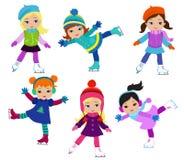Τα αστεία κορίτσια το χειμώνα ντύνουν το πατινάζ πάγου που απομονώνεται στο άσπρο υπόβαθρο Στοκ Φωτογραφίες