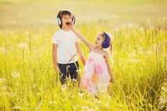 Τα αστεία παιδιά ακούνε μουσική στα ακουστικά Στοκ φωτογραφία με δικαίωμα ελεύθερης χρήσης