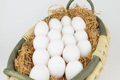 Τα αυγά βάζουν στο σανό στο καλάθι Στοκ φωτογραφίες με δικαίωμα ελεύθερης χρήσης