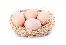 τα αυγά καλαθιών απομόνωσ& Στοκ φωτογραφία με δικαίωμα ελεύθερης χρήσης