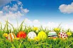 τα αυγά Πάσχας ανθίζουν τη φρέσκια χλόη πράσινη Στοκ εικόνα με δικαίωμα ελεύθερης χρήσης