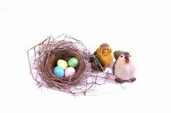 Τα αυγά Πάσχας καραμελών περιβάλλουν τη φωλιά ενός πουλιού. Στοκ Εικόνες