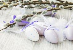 Τα αυγά Πάσχας με την άνοιξη βλαστάνουν τη διακόσμηση κλάδων Στοκ φωτογραφία με δικαίωμα ελεύθερης χρήσης