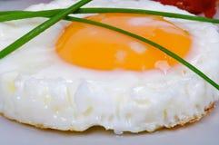 τα αυγά τηγάνισαν δευτερεύοντα ηλιόλουστο επάνω Στοκ φωτογραφίες με δικαίωμα ελεύθερης χρήσης
