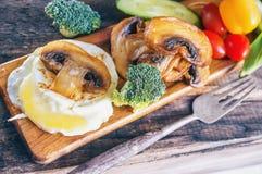 Τα αυγά Benedict προγευμάτων κυνήγησαν λαθραία αυγό με τα παν-τηγανισμένα μανιτάρια και τα λαχανικά κλείστε επάνω Εκλεκτική εστία στοκ εικόνα