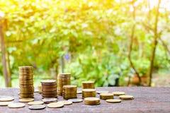 Τα αυξανόμενα ασημένια νομίσματα και η διάσωση του βήματος χρημάτων πετυχαίνουν Στοκ φωτογραφίες με δικαίωμα ελεύθερης χρήσης