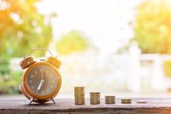 Τα αυξανόμενα ασημένια νομίσματα και η διάσωση του βήματος χρημάτων πετυχαίνουν Στοκ εικόνα με δικαίωμα ελεύθερης χρήσης