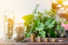 Τα αυξανόμενα ασημένια νομίσματα και η διάσωση του βήματος χρημάτων πετυχαίνουν Στοκ εικόνες με δικαίωμα ελεύθερης χρήσης