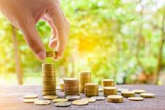 Τα αυξανόμενα ασημένια νομίσματα και η διάσωση του βήματος χρημάτων πετυχαίνουν Στοκ Φωτογραφία