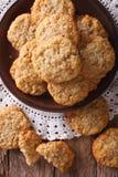 Τα αυστραλιανά μπισκότα ANZAC κλείνουν επάνω σε ένα πιάτο Κάθετη τοπ άποψη Στοκ Εικόνες
