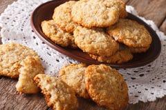 Τα αυστραλιανά μπισκότα ANZAC κλείνουν επάνω σε ένα πιάτο οριζόντιος Στοκ Φωτογραφίες