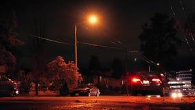 Τα αυτοκίνητα από μπροστά στο δρόμο πόλεων τη νύχτα απόθεμα βίντεο