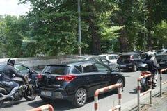 τα αυτοκίνητα ασφάλτου φράσσουν την άνευ ραφής διανυσματική ταπετσαρία κυκλοφορίας Στοκ φωτογραφία με δικαίωμα ελεύθερης χρήσης