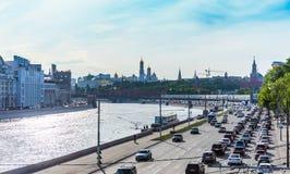 τα αυτοκίνητα ασφάλτου φράσσουν την άνευ ραφής διανυσματική ταπετσαρία κυκλοφορίας Στοκ εικόνες με δικαίωμα ελεύθερης χρήσης