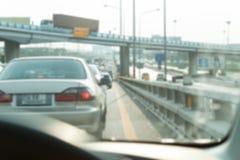 τα αυτοκίνητα ασφάλτου φράσσουν την άνευ ραφής διανυσματική ταπετσαρία κυκλοφορίας Ύφος θαμπάδων Στοκ εικόνες με δικαίωμα ελεύθερης χρήσης