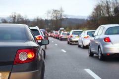 τα αυτοκίνητα ασφάλτου φράσσουν την άνευ ραφής διανυσματική ταπετσαρία κυκλοφορίας στοκ εικόνα με δικαίωμα ελεύθερης χρήσης
