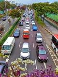 τα αυτοκίνητα ασφάλτου φράσσουν την άνευ ραφής διανυσματική ταπετσαρία κυκλοφορίας στοκ φωτογραφία