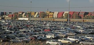 Τα αυτοκίνητα, εμπορευματοκιβώτια φορτίου περιμένουν τη ναυτιλία Στοκ Φωτογραφίες
