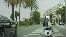 Τα αυτοκίνητα και η οδήγηση μοτοσικλετών στη παραθεριστική πόλη, κανόνες κυκλοφορίας, άνθρωποι σε ένα καλοκαίρι σκοντάφτουν φιλμ μικρού μήκους