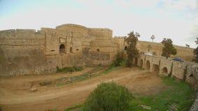 Τα αυτοκίνητα οδηγούν κατά μήκος της γέφυρας στην αρχαία πόλη στο παλαιό φρούριο απόθεμα βίντεο