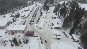 Τα αυτοκίνητα οδηγούν κατά μήκος της εθνικής οδού στο χώρο στάθμευσης μιας κεραίας χειμερινών χιονοδρομικών κέντρων απόθεμα βίντεο