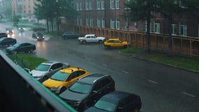 Τα αυτοκίνητα οδηγούν σε έναν πλημμυρισμένο δρόμο πόλεων στη δυνατή βροχή απόθεμα βίντεο