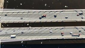 Τα αυτοκίνητα οδηγούν στην καλώδιο-μένοντη γέφυρα πέρα από τον ποταμό, εναέρια άποψη, μετακίνηση καμερών απόθεμα βίντεο