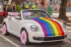 Τα αυτοκίνητα παίρνουν ντυμένα επάνω για την ομοφυλοφιλική παρέλαση υπερηφάνειας στοκ φωτογραφίες