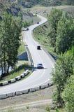 Τα αυτοκίνητα πηγαίνουν από τη γέφυρα Στοκ Φωτογραφία