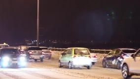 Τα αυτοκίνητα πηγαίνουν γέφυρα Kamsky τη νύχτα φιλμ μικρού μήκους