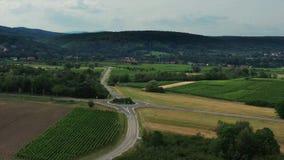 Τα αυτοκίνητα πηγαίνουν στη διασταύρωση κυκλικής κυκλοφορίας Αγροτικές περιοχές στην Αλσατία r φιλμ μικρού μήκους