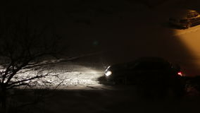 Τα αυτοκίνητα πηγαίνουν στη νύχτα το χειμώνα στο χιόνι φιλμ μικρού μήκους