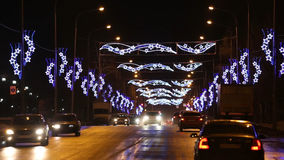 Τα αυτοκίνητα πηγαίνουν στο δρόμο νύχτας στην πόλη απόθεμα βίντεο