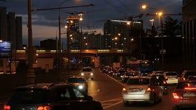 Τα αυτοκίνητα πηγαίνουν στο δρόμο στο φως ηλιοβασιλέματος απόθεμα βίντεο